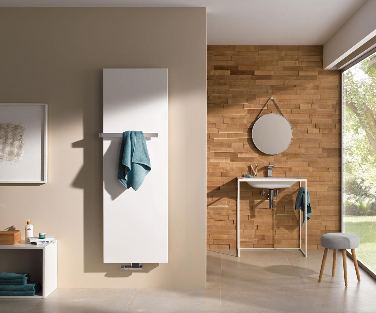 Je nach Heizkörper gilt: Damit die Handtücher kuschelig warm sind, können sie entweder direkt in den Heizkörper eingelegt werden, oder finden am Handtuchhalter Platz.